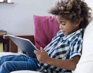 enfant utilisant tablette tactile